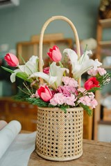 Gift_Basket_with_Red_and_Pink_Flowers
